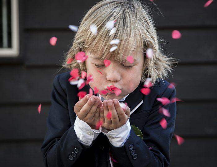 Bruidsjonker met rozen