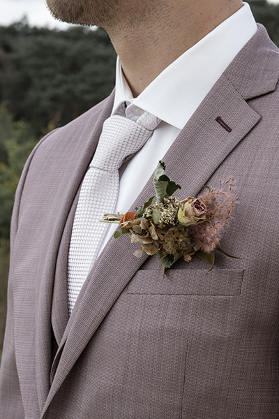 Bruidegom kleding detail corsage