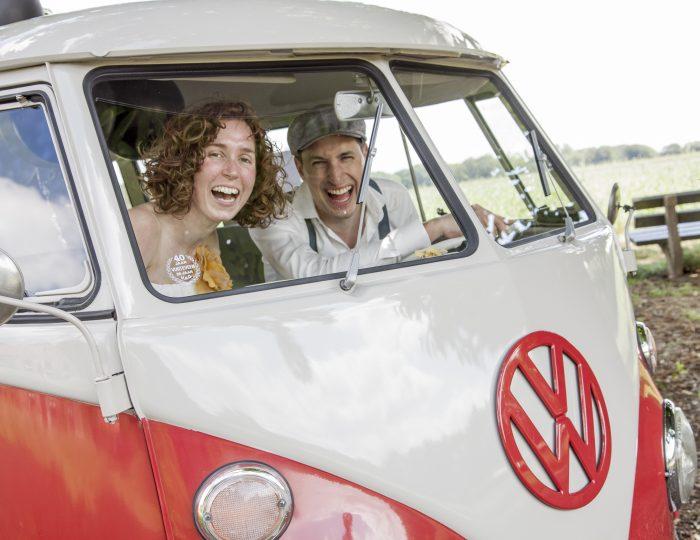 Bruidspaar in VW bus